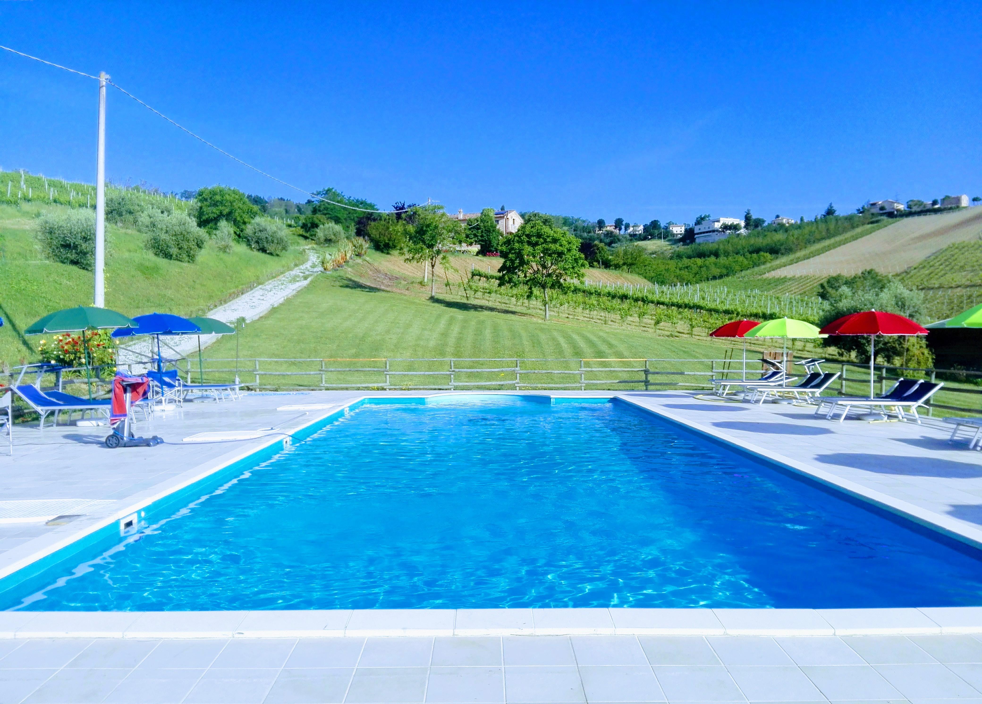 piscina casa degli gnomi, agriturismo marche