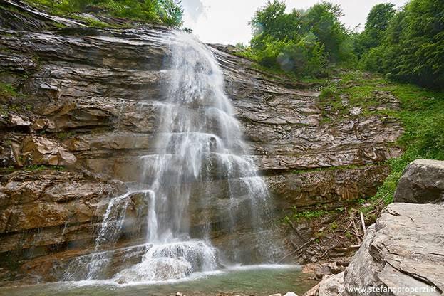cascate tra faggi e pietra
